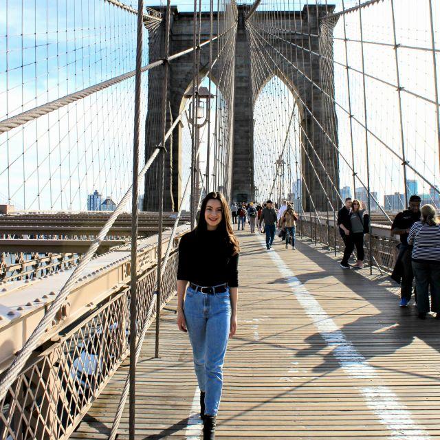 ich spaziere über die Brooklyn Bridge in New York