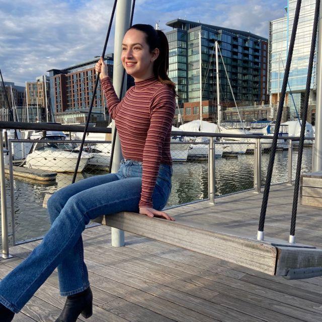 ich sitze auf einer Schaukel am Hafen von DC