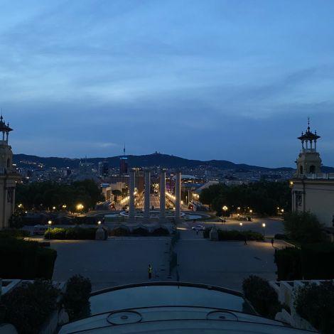 Barcelona bei Nacht! Vor dem Museu Nacional d'Art de Catalunya kann man…