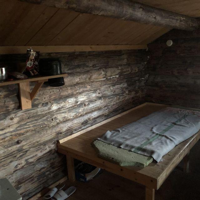 Holzbett in Blockhaus