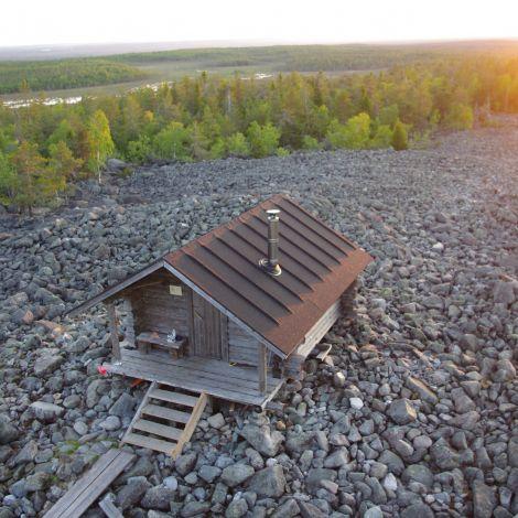 Holzhütte auf steinigem Gipfel