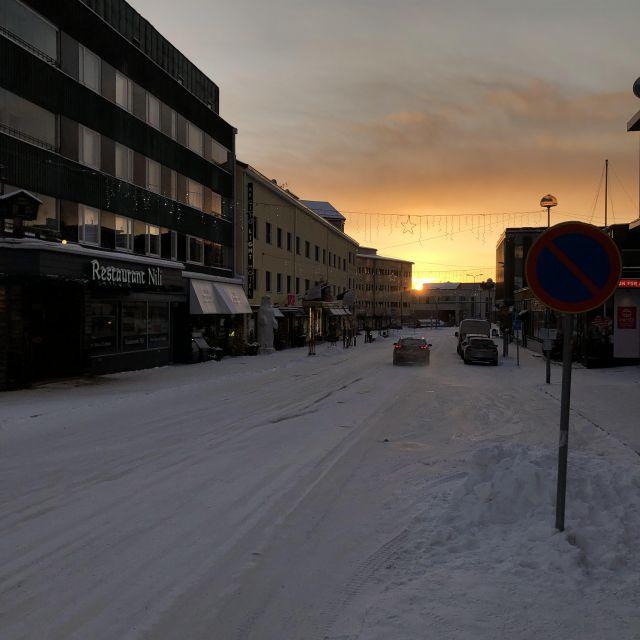 Straße in Stadt, Schnee und Sonnenaufgang/untergang