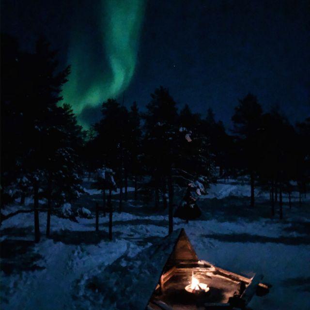 Nordlichter über Lagerfeuer