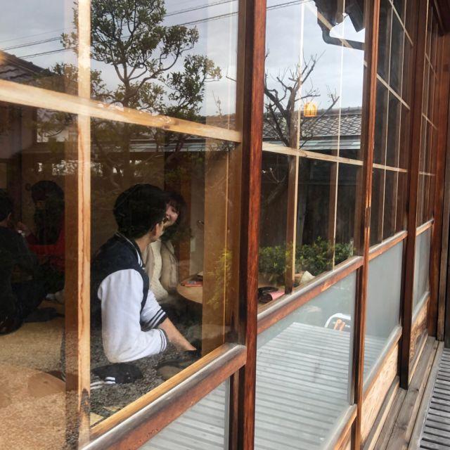 Blick durch das Fenster in ein Teehaus.