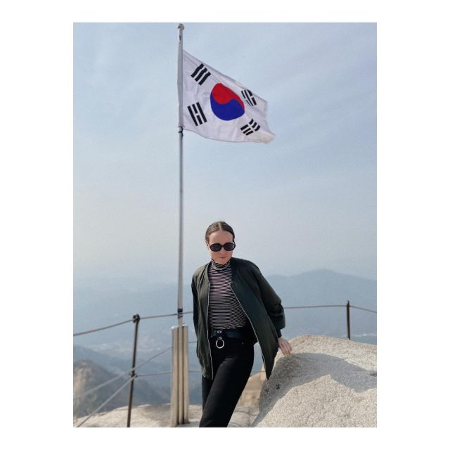 Studentin Larissa auf einem Berg in Südkorea.