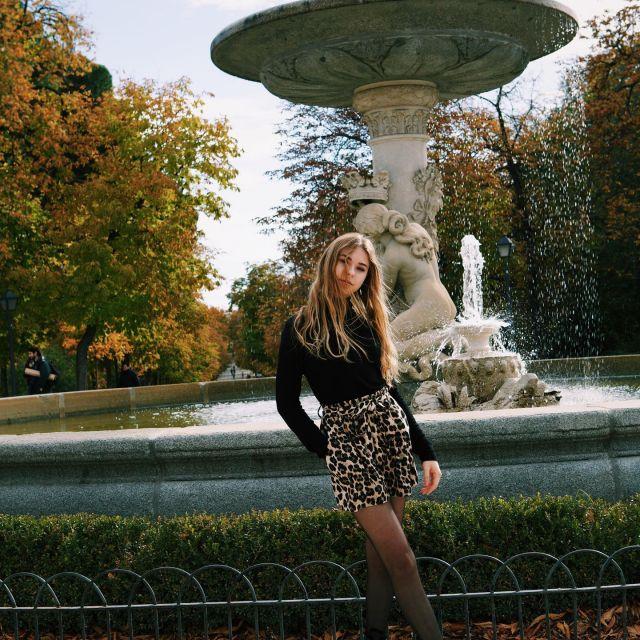 Leonie vor einem Brunnen in Wien.