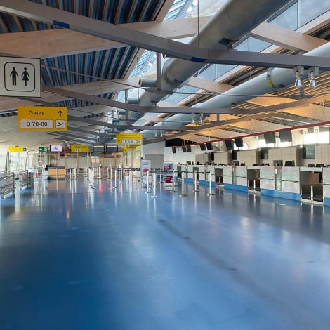 Schalterhalle am Flughafen Tegel. Kein Mensch weit und breit.