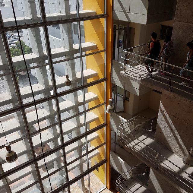 Treppenhaus eines Universitätsgebäudes