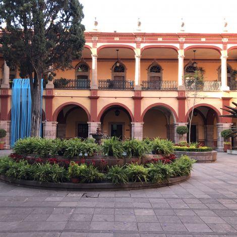 Universitätsgebäude im kolonialen Stil in Mexiko