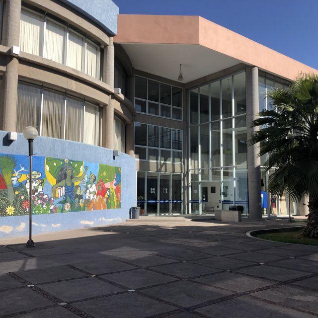 Fassade eines Universitätsgebäudes