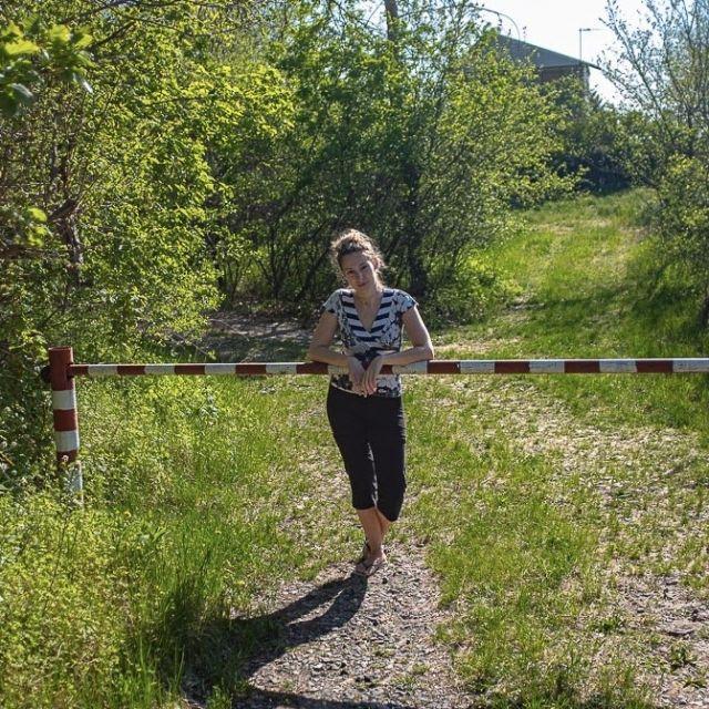 Studentin Natalie auf einem Feldweg.