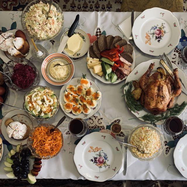 Ein reich gedeckter Tisch zu Ostern in Russland.