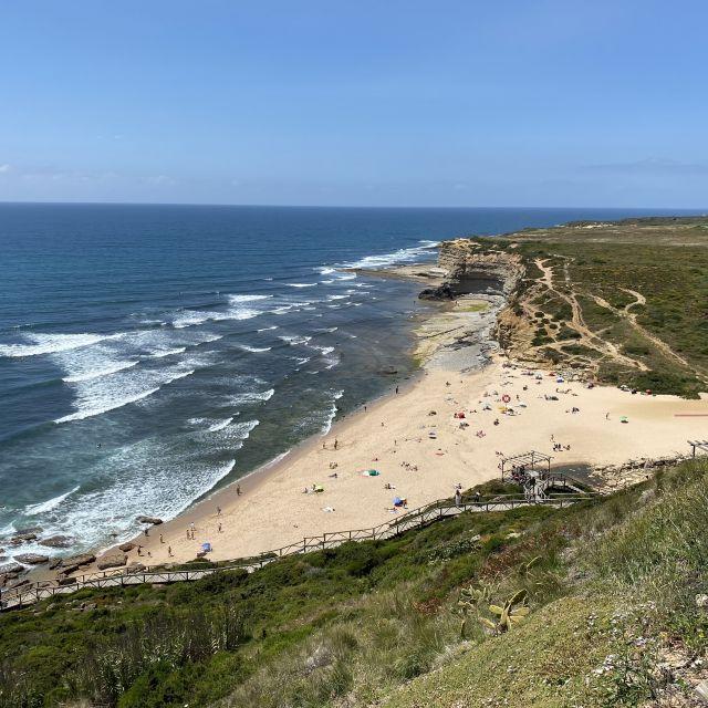Blick von der Klippe aufs Meer und Strand.