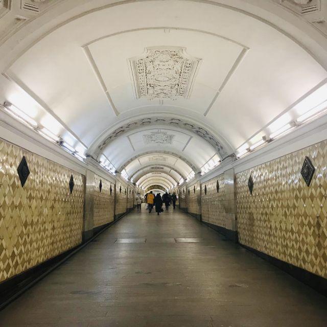 Ein Übergang von einer Metrolinie zu einer anderen.