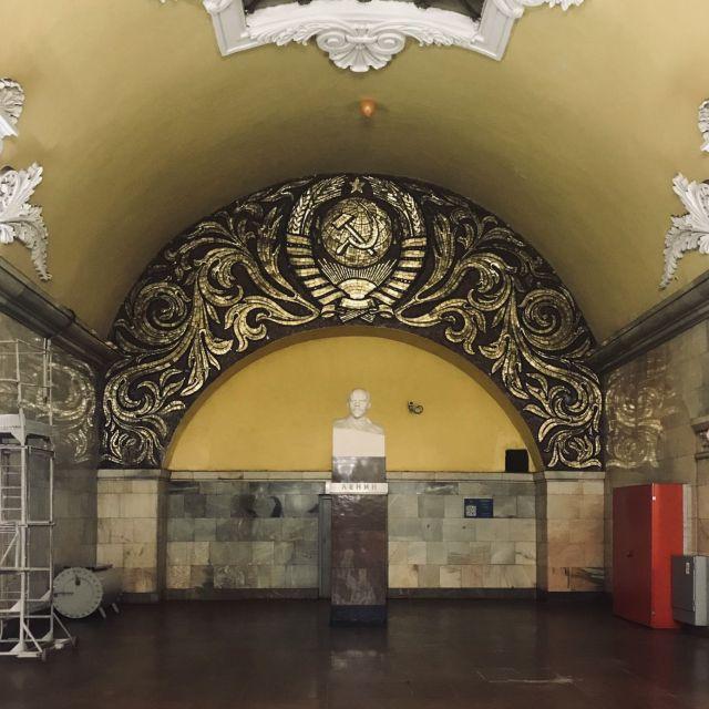 Haltestelle Komsomolskaya (Комсомольская). Die Station hat mehrer Bahnsteige auf mehreren Ebenen.