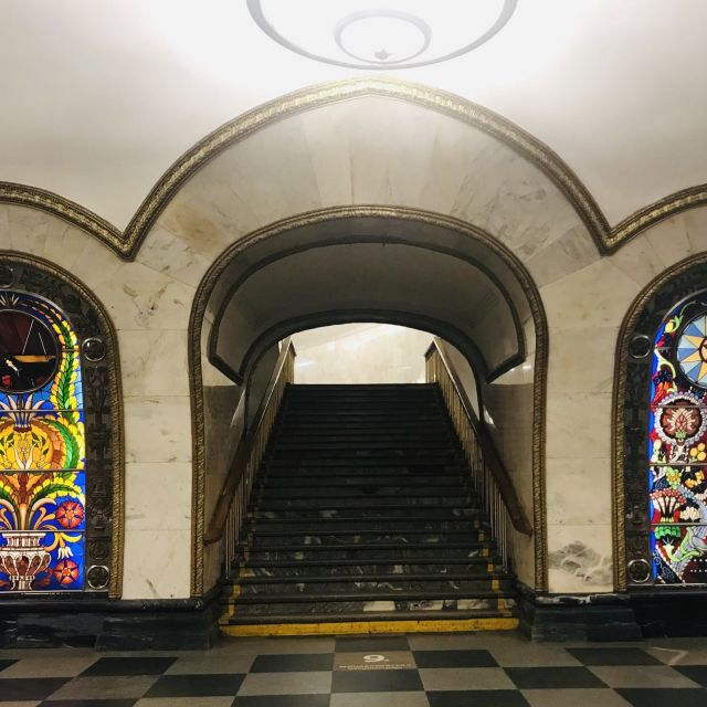 Ein Aufgang an er Haltestelle Novoslobodskaya (Новослободская). Die von hinten beleuchtetet Scheiben erinnern ein bisschen an Kirchenfenster.