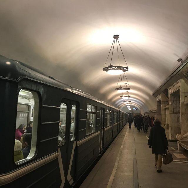 Eine eine einfahrende Metro.