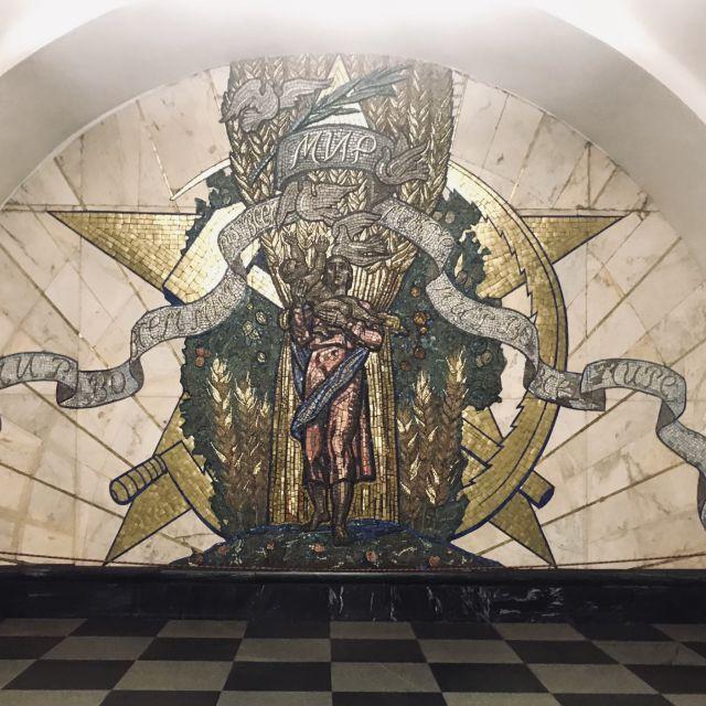 Ein Mosaik an der Station Novoslobodskaya.