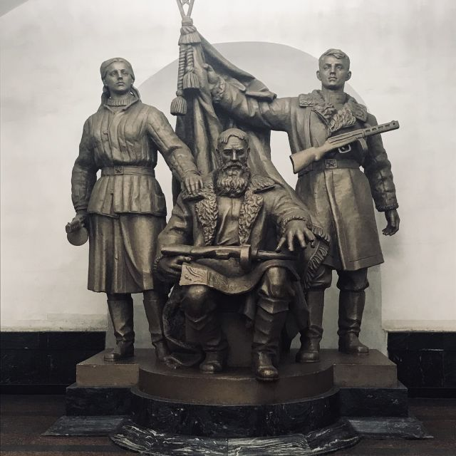 Haltestelle Platz der Revolution (Площадь Революции). Hier kann man 76 lebensgroße Bronzefiguren anschauen. Die Figuren stellen die Menschen dar, die den Aufstieg der Sowjetunion ermöglicht haben, darunter Arbeiter, Soldaten, Matrosen, Sportler sowie eine Mutter mit Kind und ein Mädchen mit einem Buch.