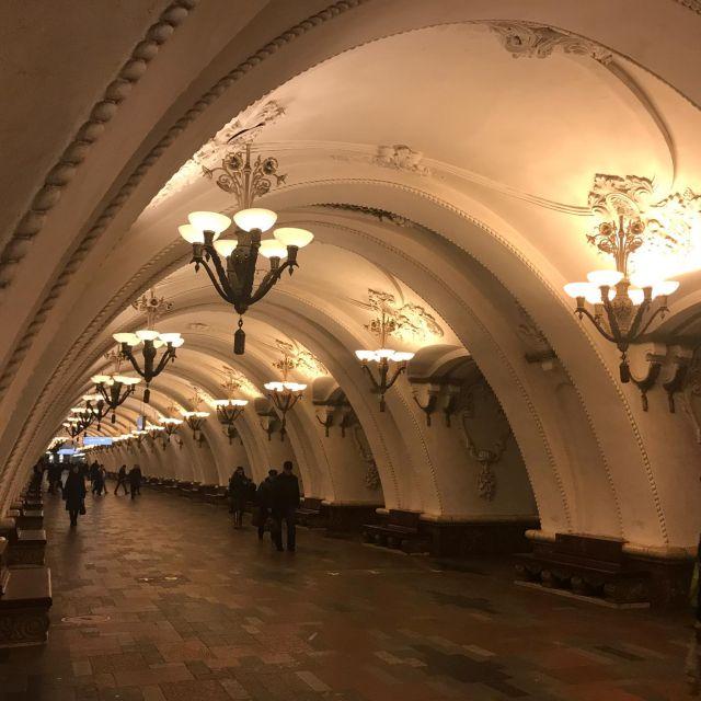 Arbatskaja, die Station liegt im Herzen Moskaus. Der Eingangspavillon ist ein rotes Gebäude in Form einen Sowjetsterns und wurde 1935 eröffnet.