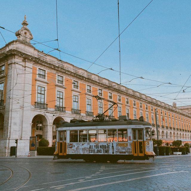 Eine typische Tram in Lissabon.