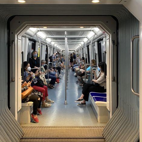 Eine Metro mit Menschen, die alle eine Maske tragen