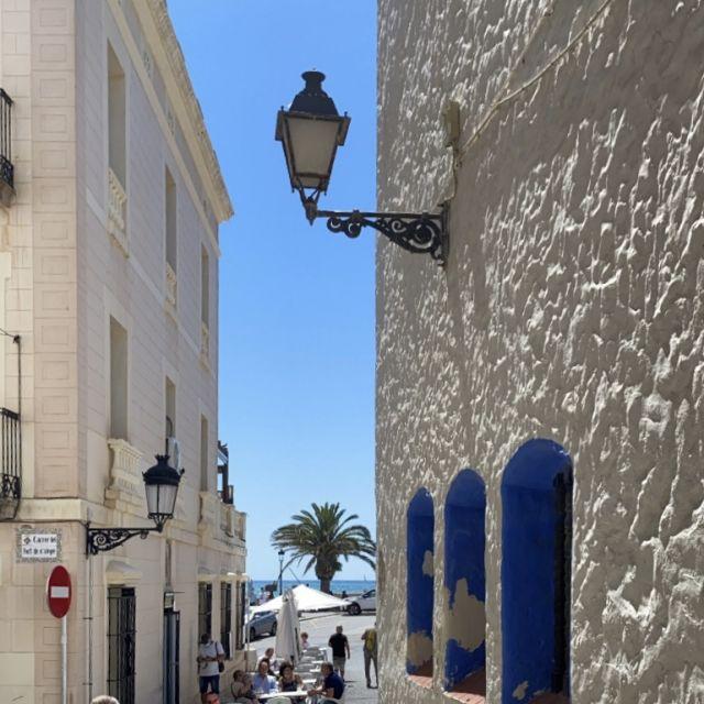 Eine enge kleine Straße mit Blick aufs Meer