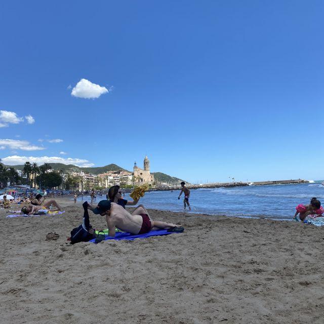 Menschen, die am Strand liegen.