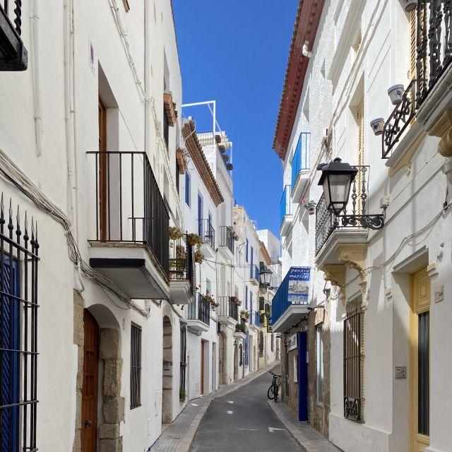 Eine kleine Enge Straße mit bunten Türen.