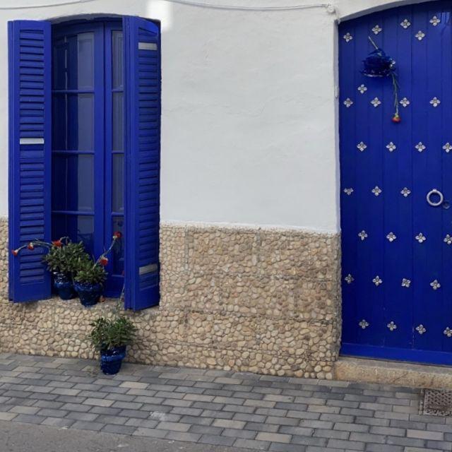 Zwei blaue Türen.