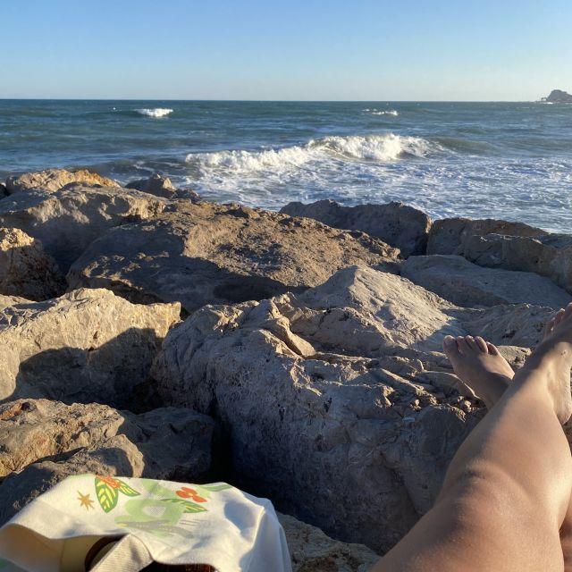 Steine mit Meer im Hintergrund.
