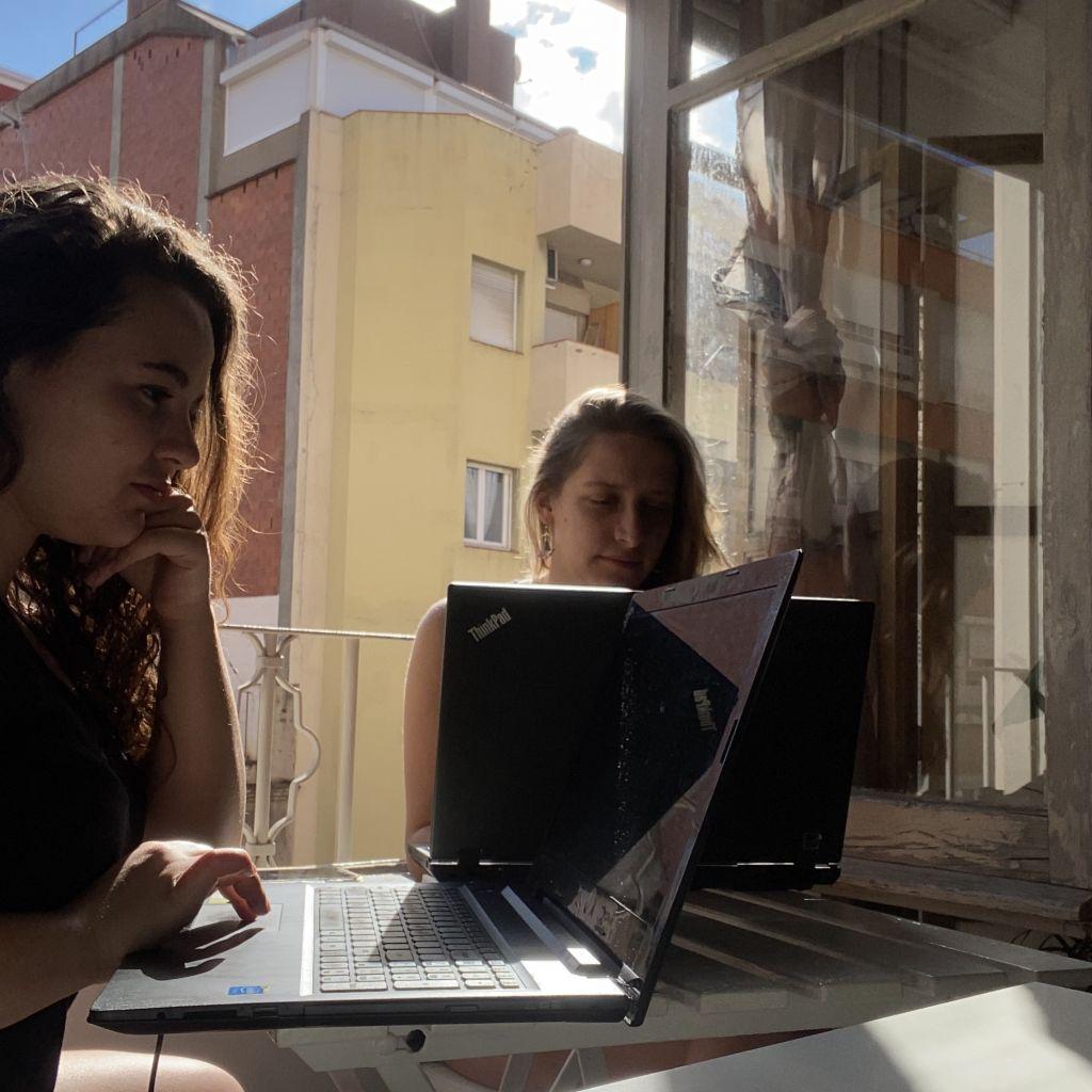 Zwei Mädchen, die konzentriert arbeiten