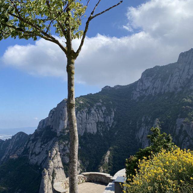 Blick über die hohen Berge um den Montserrat.