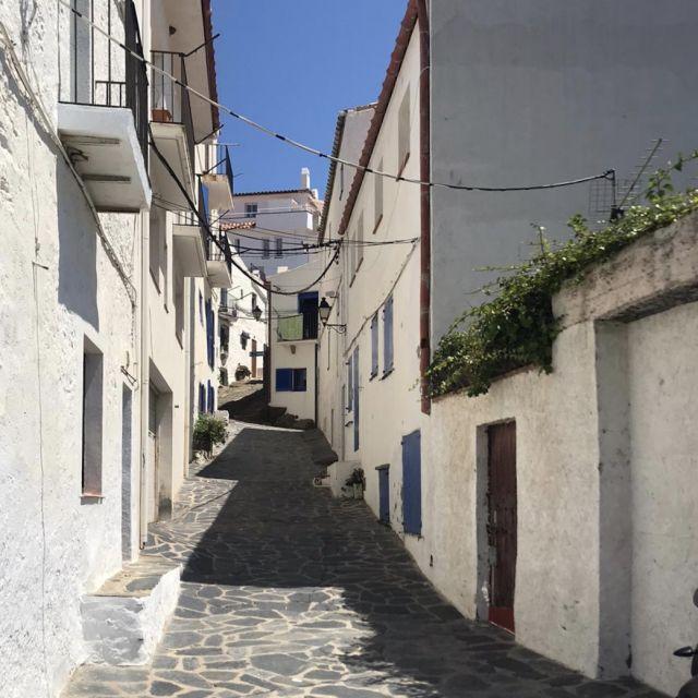 Eine kleine enge Straße, umgeben von weißen Häusern.