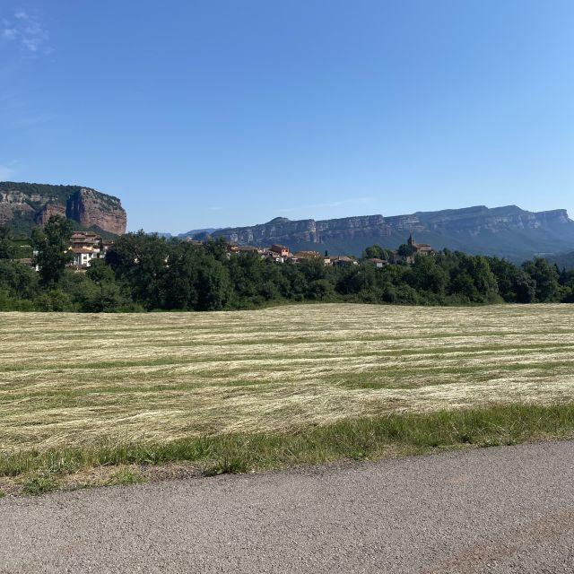 Weite Felder, umgeben von Bergen.