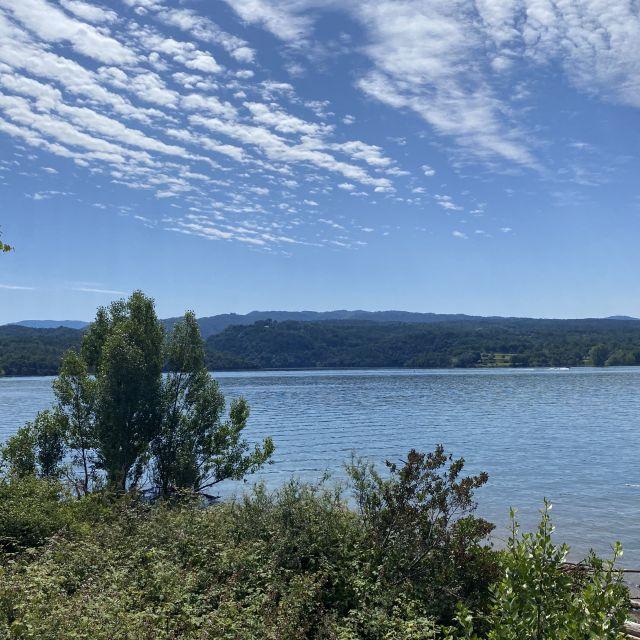 Ein idyllischer See unter blauem Himmel.