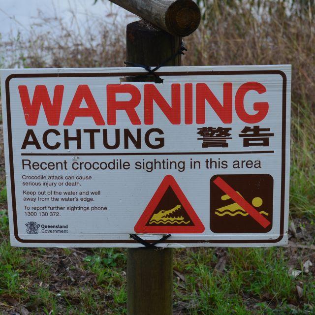 Ein Krokodil-Warnschild