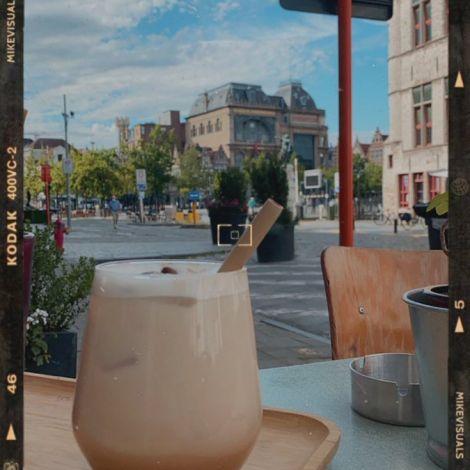 """Eiskaffee im """"Le Bal Infernal"""" am Vrijdagsmarkt. Hier kann man nicht nur…"""