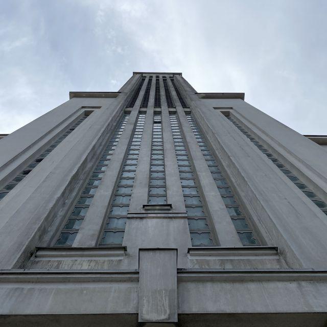 Der Turm der Kirche Christi Auferstehung in Kaunas ist aus der Froschperspektive zu sehen