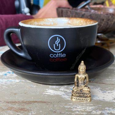 Buddha Figur und Kaffee Tasse