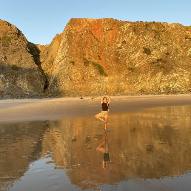 Ich an einem schönen Strand in einer Yogapose.
