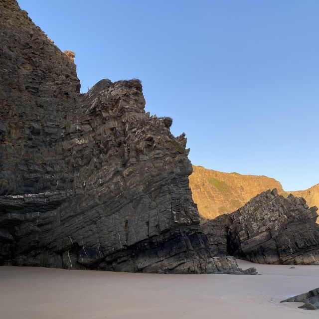 Felsformationen am Strand.