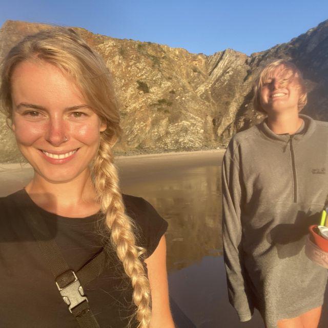 Selfie von mir und meiner Freundin am Strand.