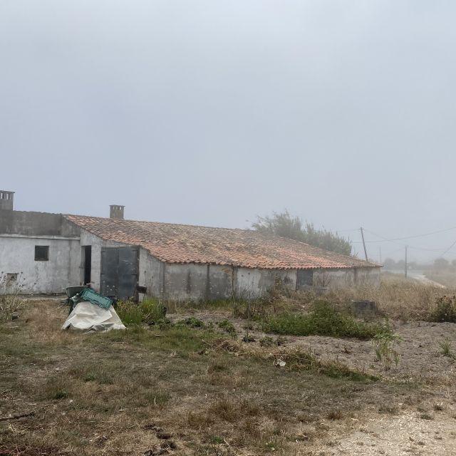kleines weißes Haus im Nebel.
