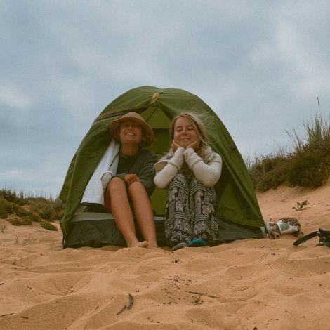 Zelt mit zwei Frauen in den Dünen.