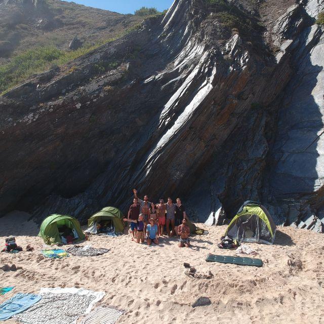 gemeinsames Zeltlager am Strand.