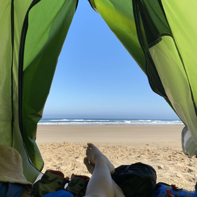 Blick aus dem Zelt auf Meer.