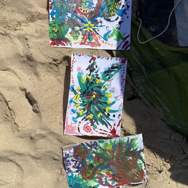 Drei Acrylbilder am Strand.