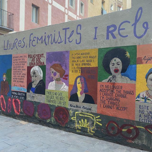 Streetart in Born über beeindruckende Frauen, beschrieben auf Català.