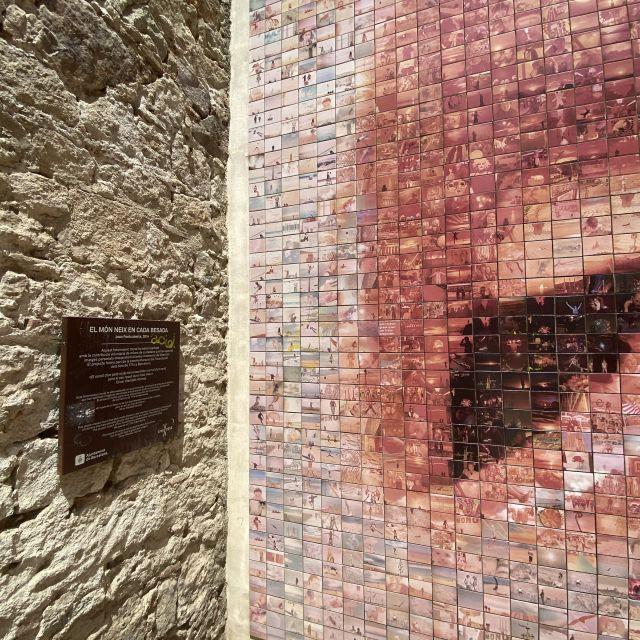 Ein kleines Informationsschild neben einem Kunstprojekt - auch wieder auf Català,